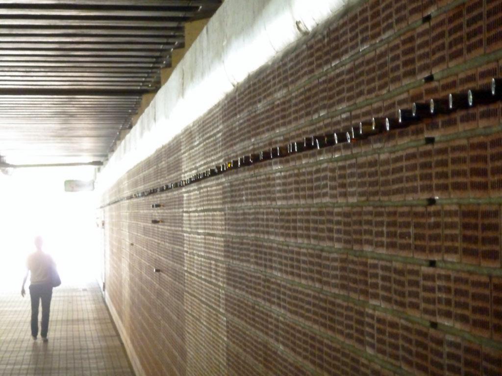 Kleine Alkoholflaschen im Hafentunnel in Frankfurt