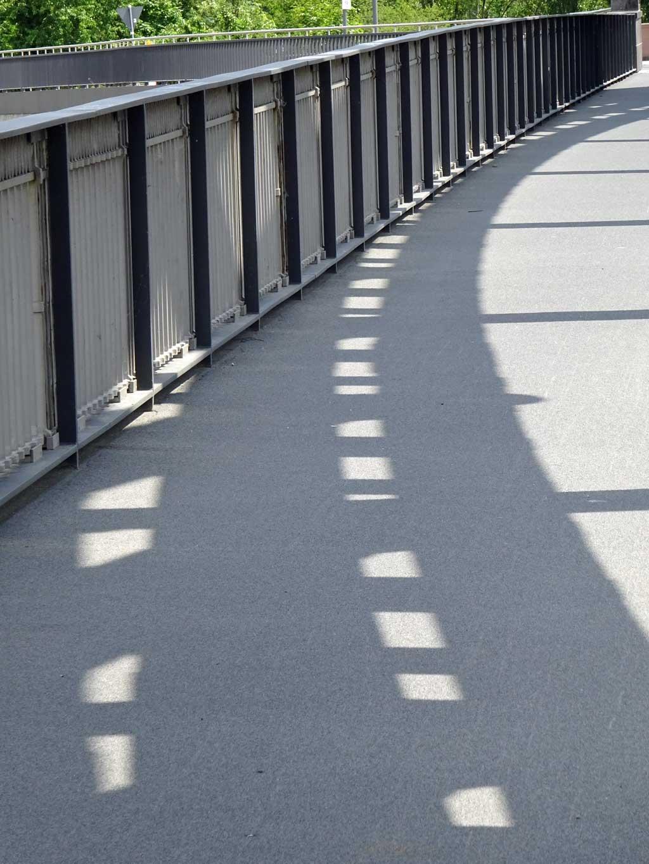 Schatten auf der Honsellbrücke
