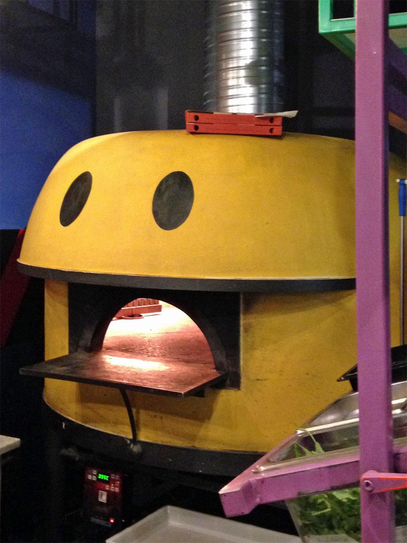 Pac Man-Steinofenpizzaofen bei Montana im Bahnhofsviertel