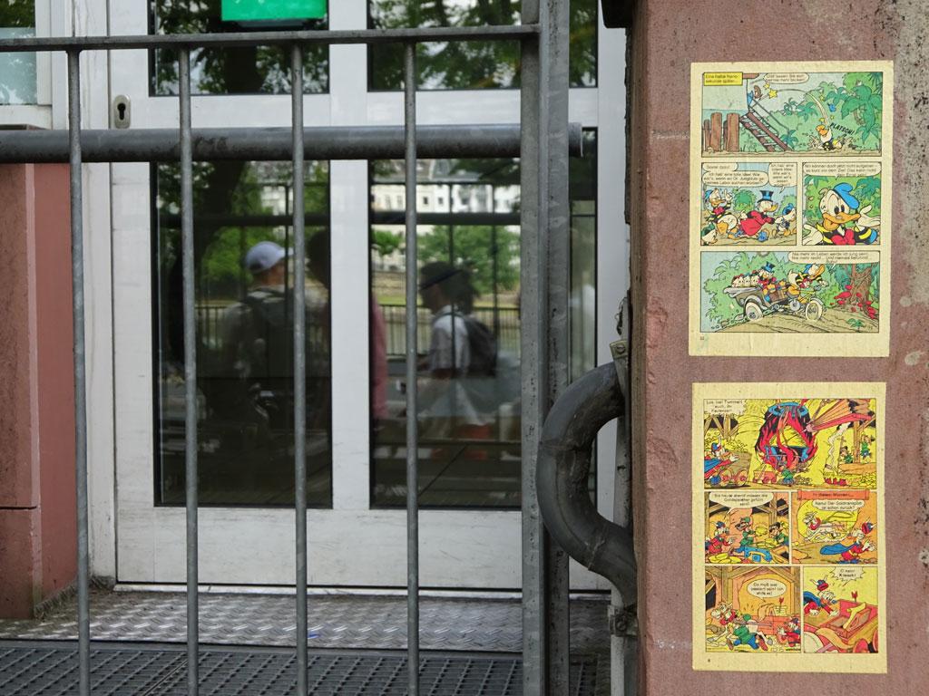 Comicseiten mit Donald und Dagobert Duck in den Straßen Frankfurts