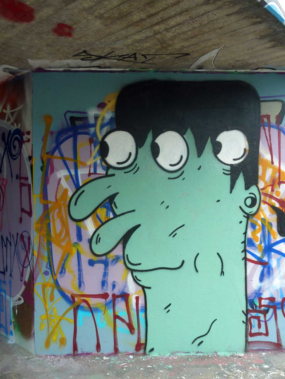 Street Art in Frankfurt von Treppe 1.OG - Dreiäugiger Dude bei der Hall of Fame am Ratswegkreisel