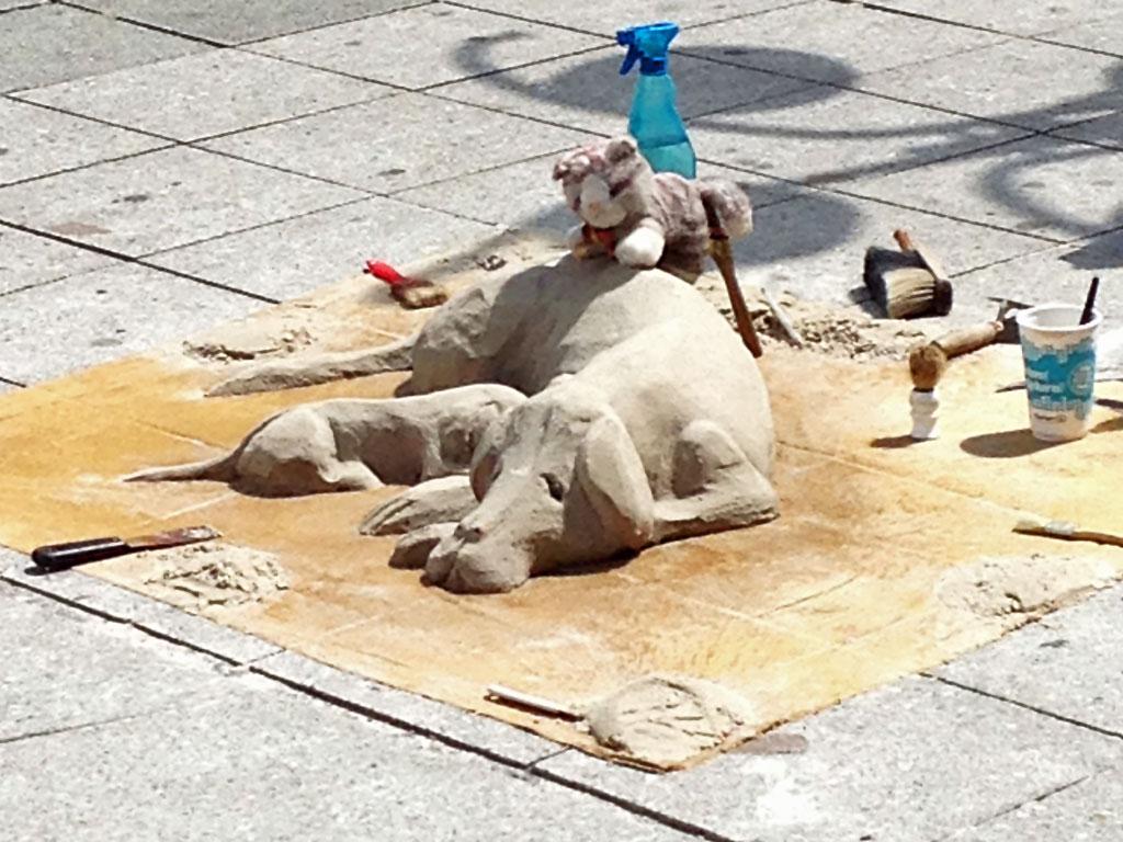 Hundeskulptur aus Sand