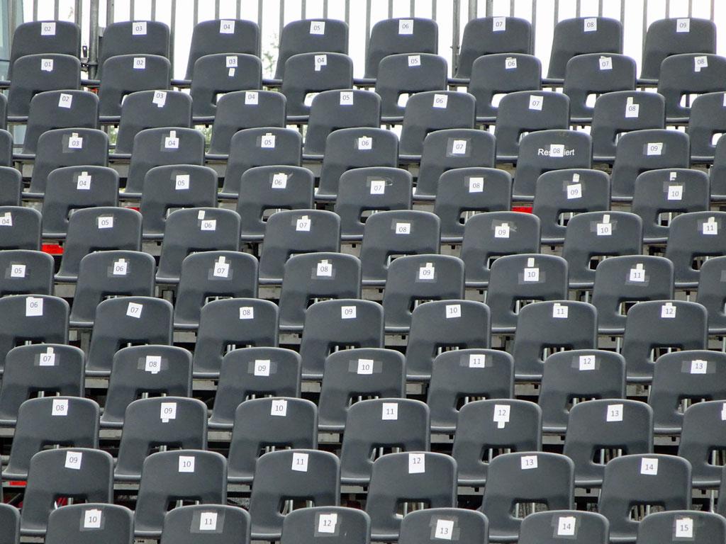 Sitzplätze am Mainufer
