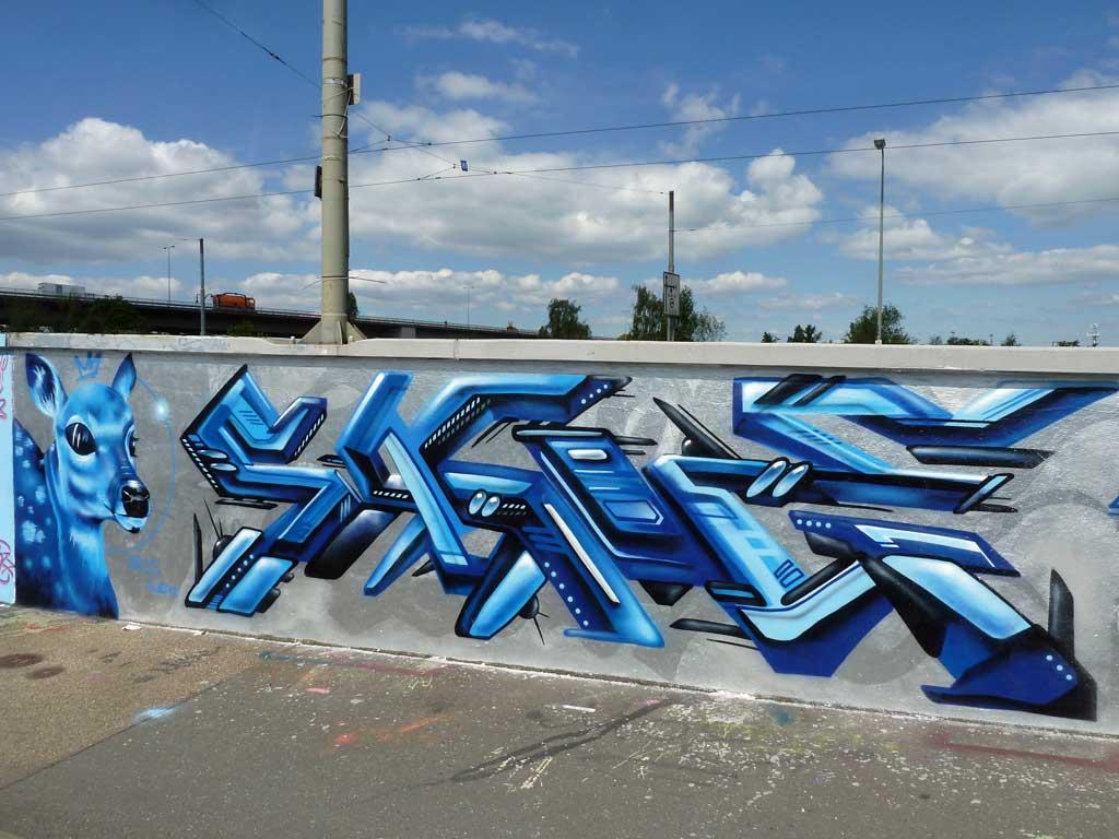 Blaues Reh-Graffiti am Ratswegkreisel von ARES und SAGIE