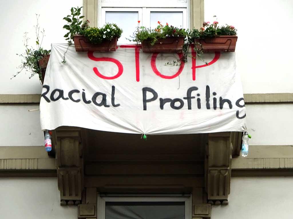 """Spruchband im Bahnhofsviertel: """"Stop Racial Profiling"""""""