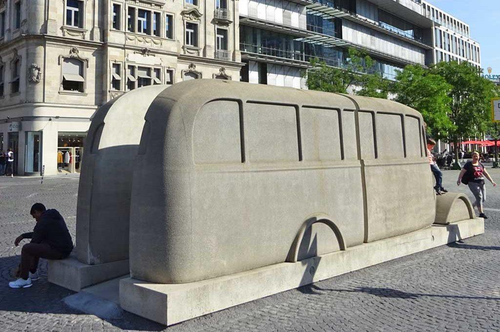 Rathenauplatz: Bus-Denkmal
