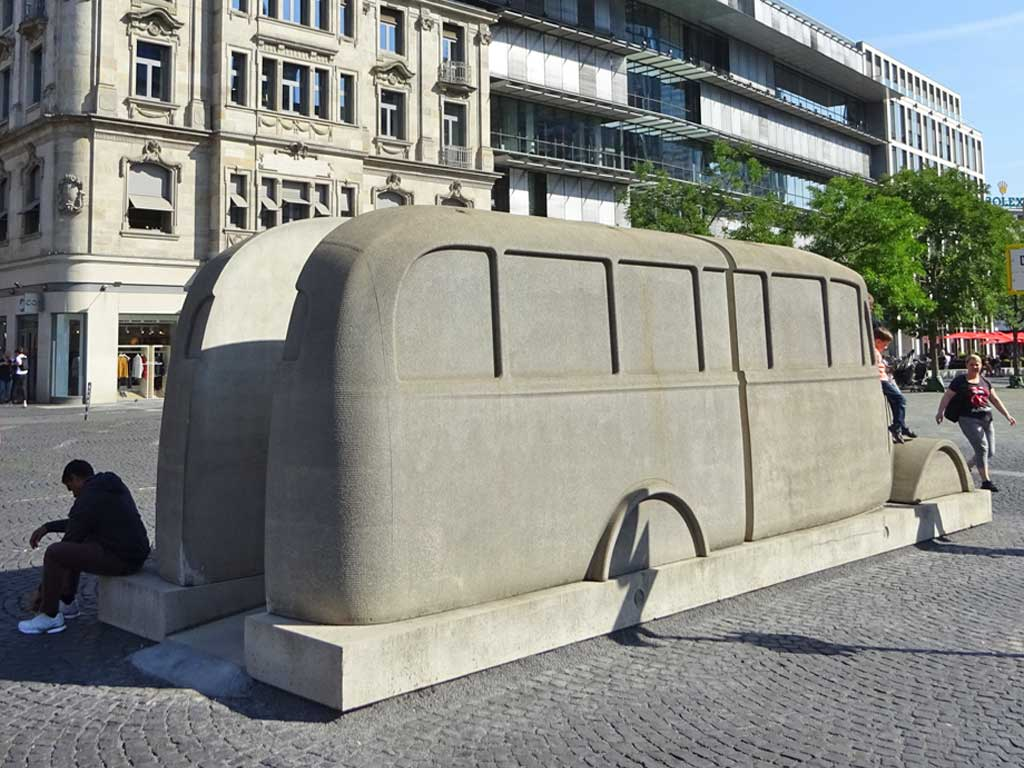 Rathenauplatz: Bus-Denkmal