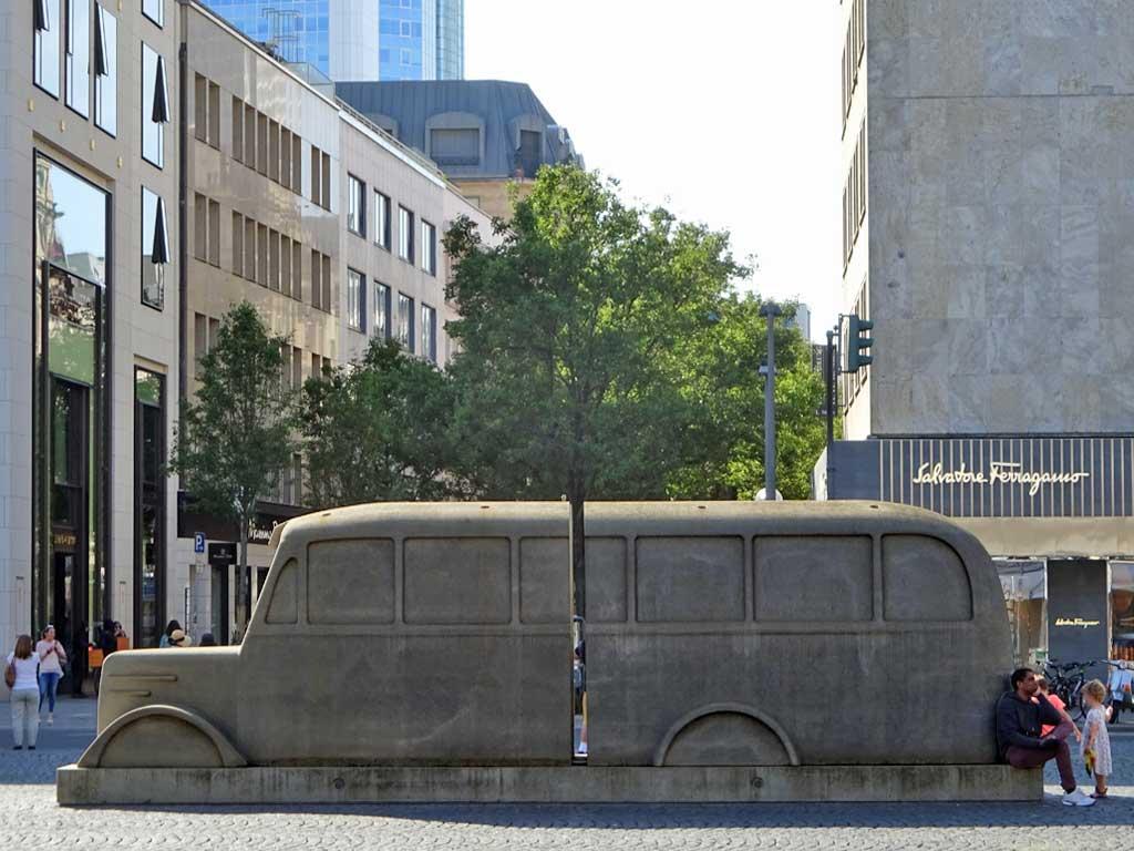 Die Grauen Busse-Denkmal am Rathenauplatz in Frankfurt