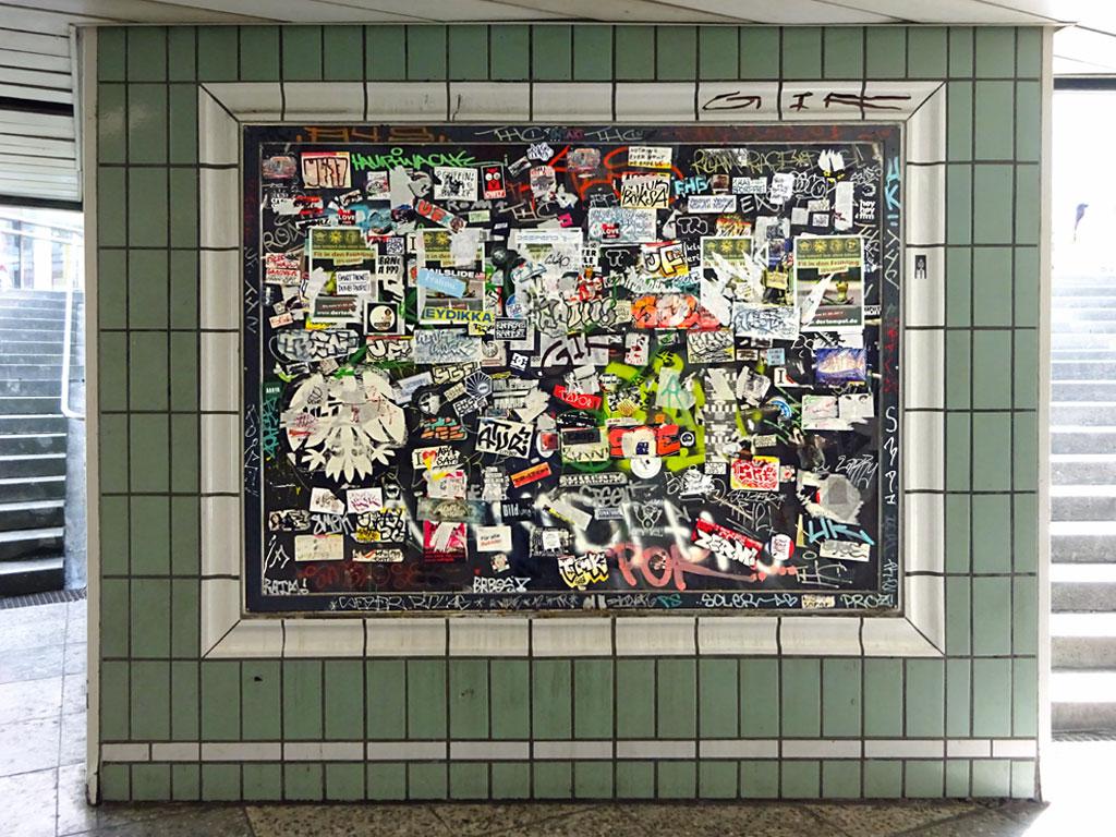 Aufkleberwand an der S-Bahn-Station Hauptwache