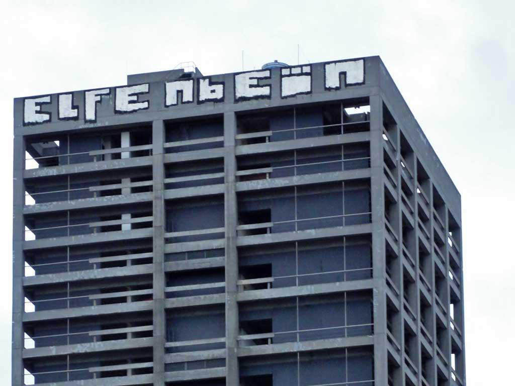 Elfenbein-Schriftzug auf dem AfE-Turm in Frankfurt