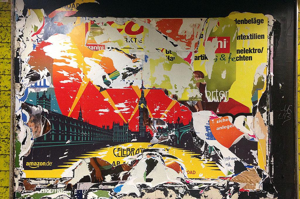 Werbewand mit abgerissenen Plakaten