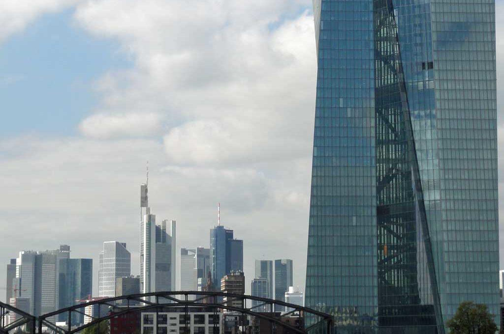 Skyline, Deutschherrnbrücke und EZB in Frankfurt