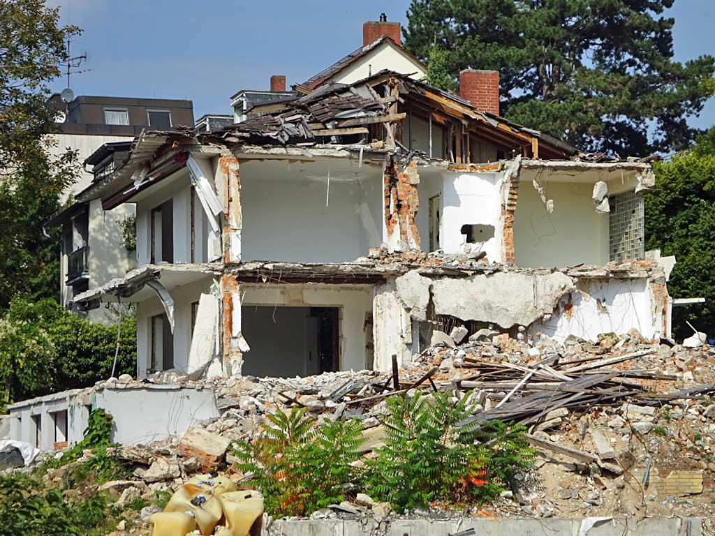 Abbrucharbeiten in Frankfurt-Seckbach.