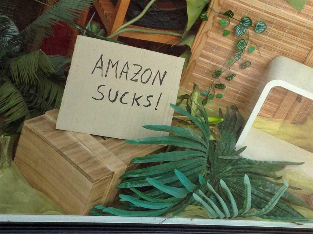 """""""Amazon sucks!"""" im Schaufenster vom Eaglebauer in Frankfurt-Bornheim."""