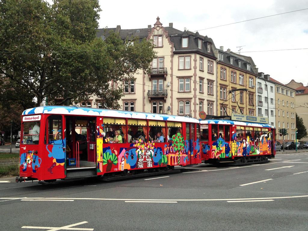 Ebbelwei-Expreß fährt durch Frankfurt am Main.