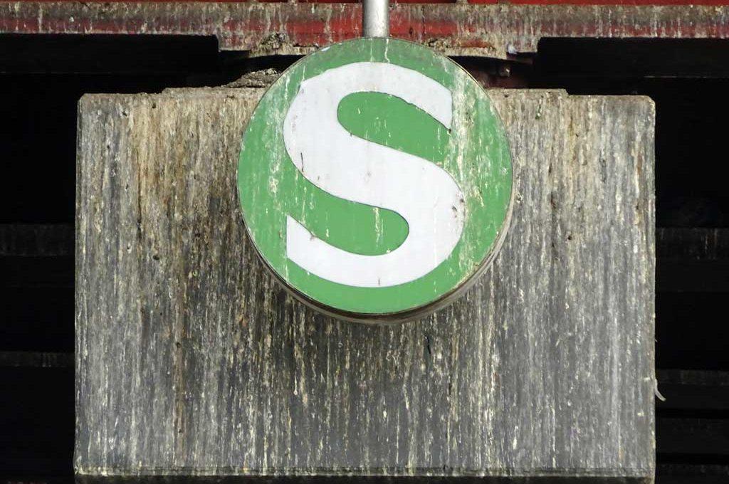 Verdrecktes S-Bahn-Schild an der Galluswarte