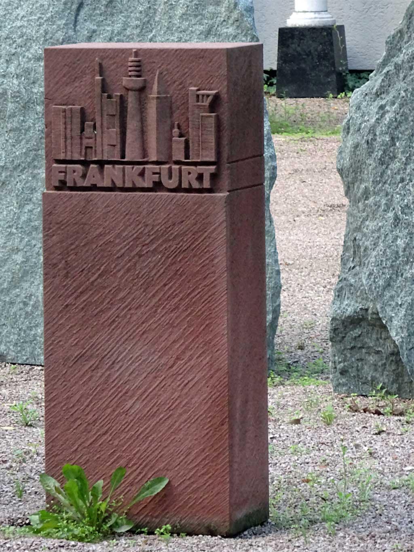 Grabstein mit Frankfurter Skyline.