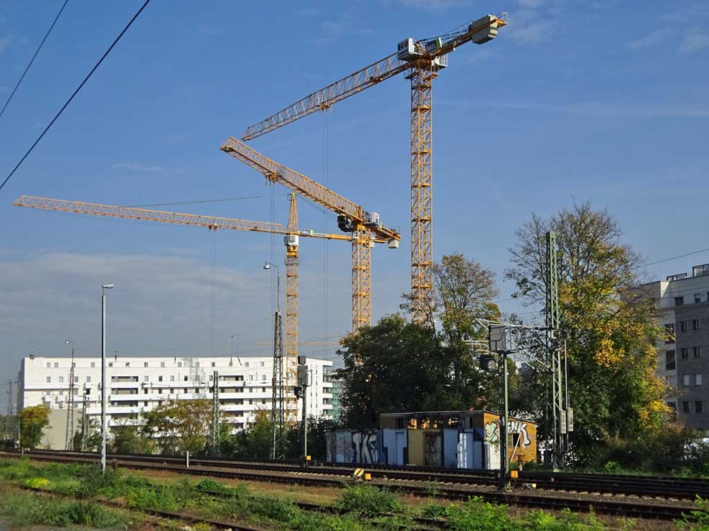 Kräne bei der Ferdinand-Baustelle in Frankfurt am Main