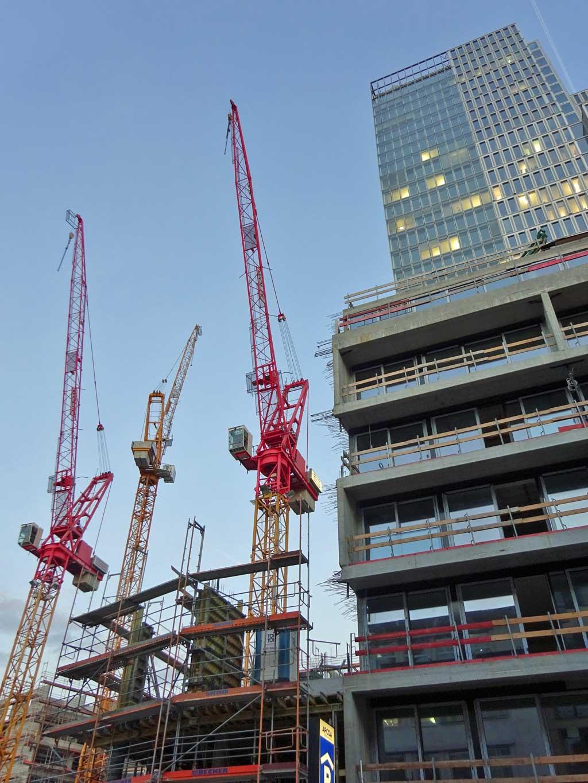 Kräne bei der Flare of Frankfurt-Baustelle in Frankfurt am Main