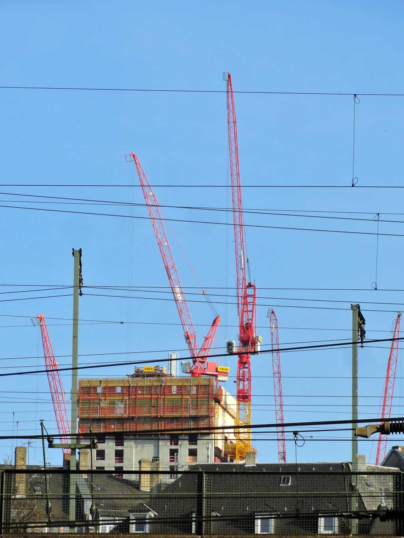 Kräne bei der Henninger Turm-Baustelle in Frankfurt am Main