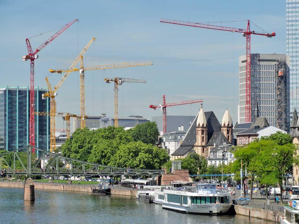 Kräne bei der Maintor-Baustelle in Frankfurt am Main