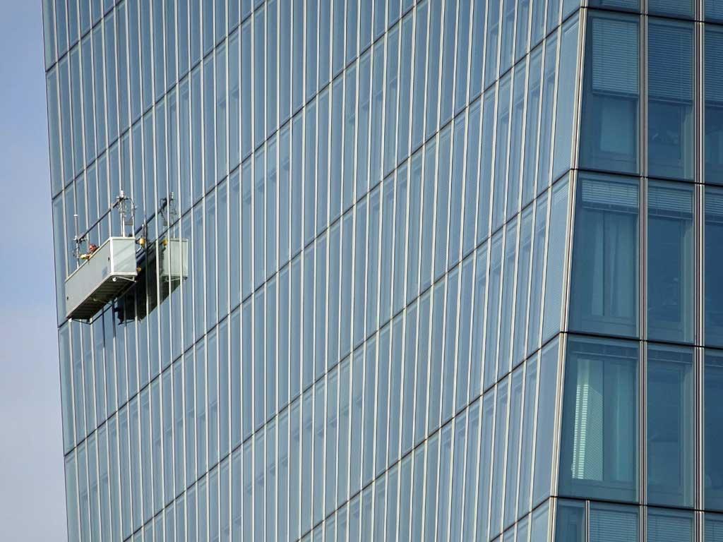 Fensterreiniger an der neuen EZB.