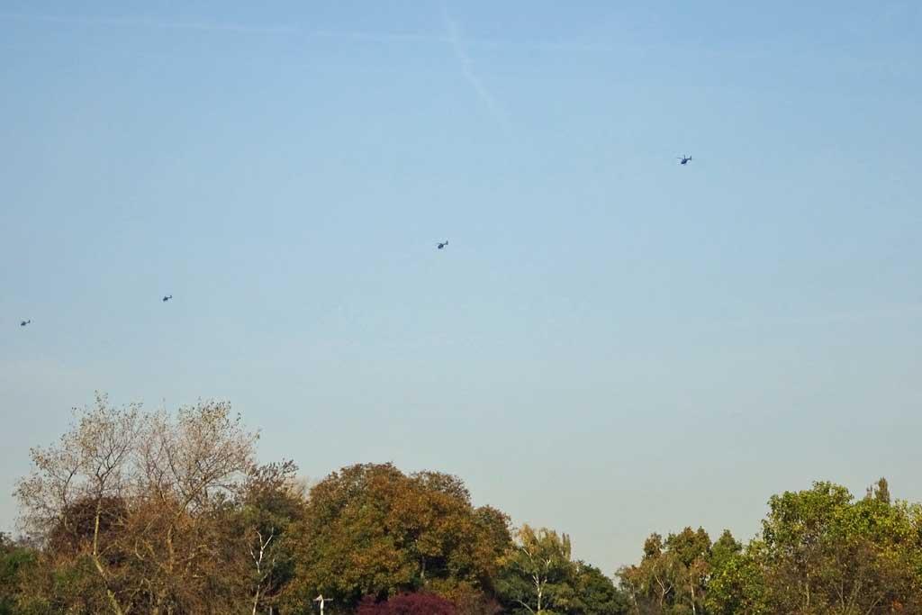 Mehrere Hubschrauber am Himmel.