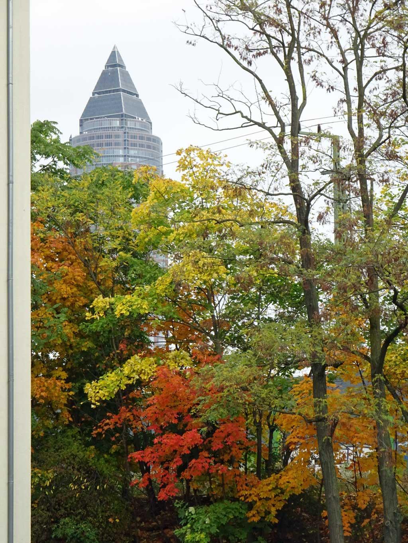 Messeturm in Herbstfarben.