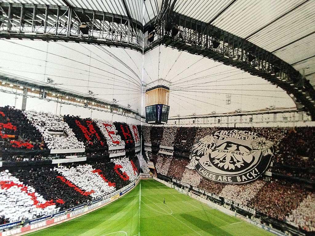 """Doppelseite mit Eintracht Frankfurt-Choreo aus dem Buch """"Choreo""""."""