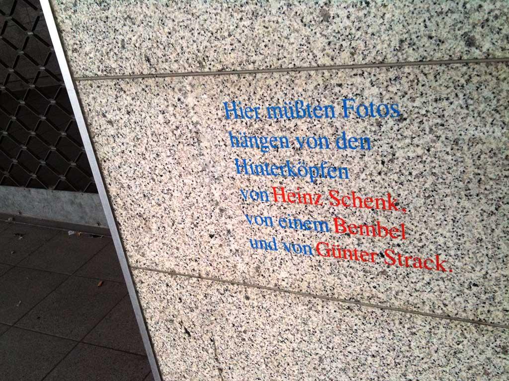 """""""Hier müßten...""""-Text im urbanen Raum von Frankfurt."""
