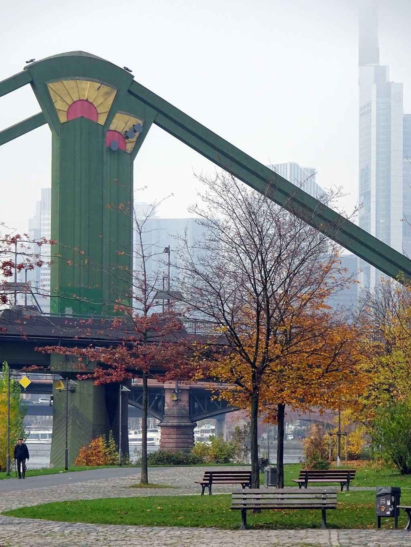 Flößerbrücke am östlichen Mainufer in Frankfurt
