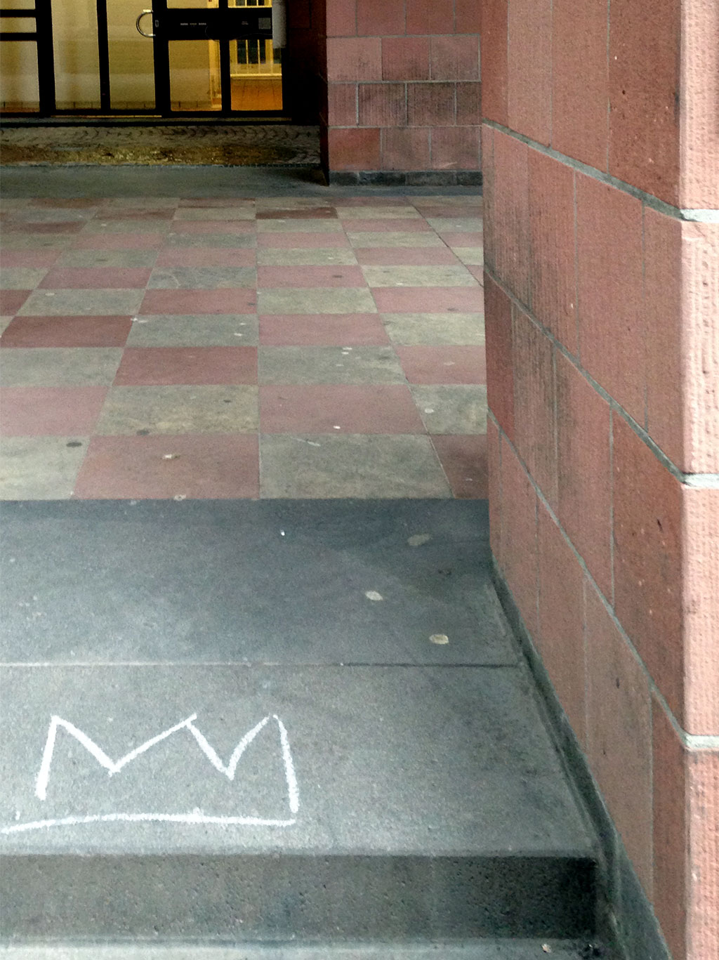 Weiße Krone aus Kreide oder Wachsstift