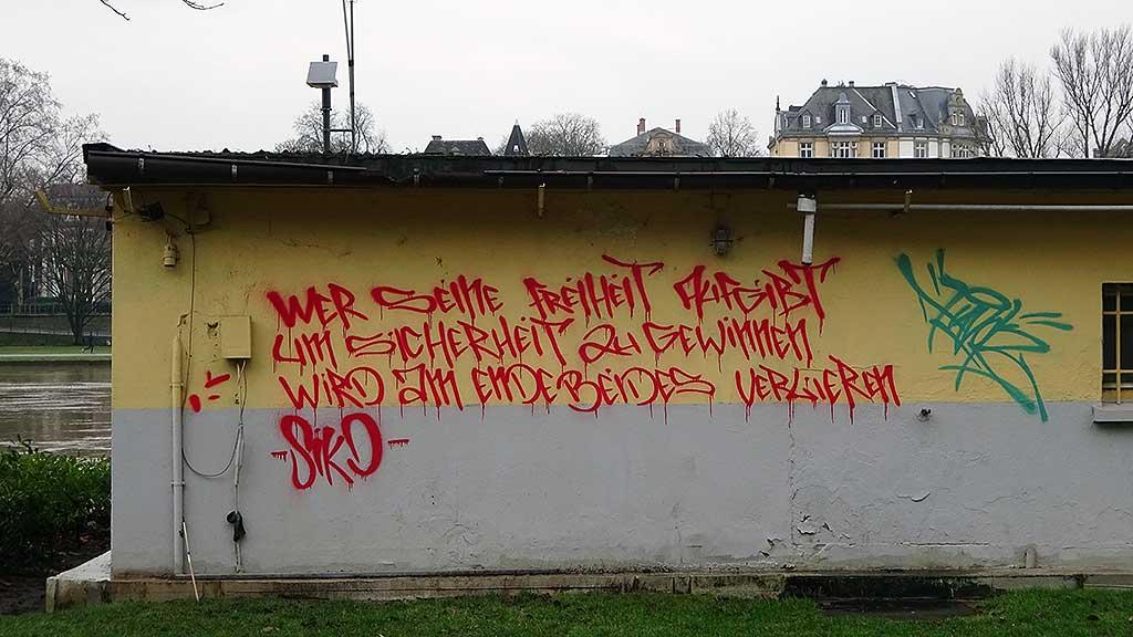 Street Art mit Zitat von Benjamin Franklin