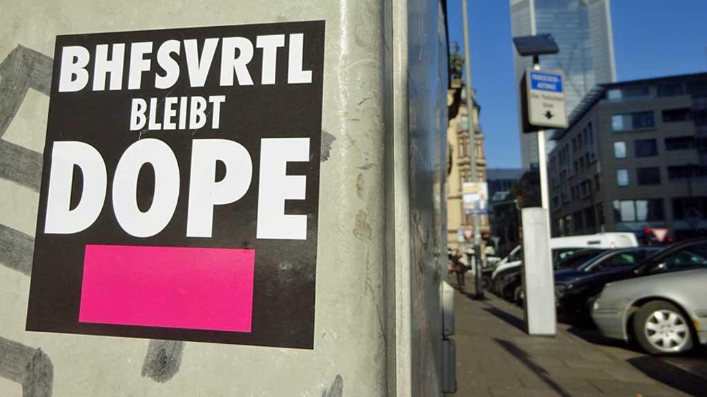 Aufkleber in Frankfurt - BHFSVRTL bleibt DOPE