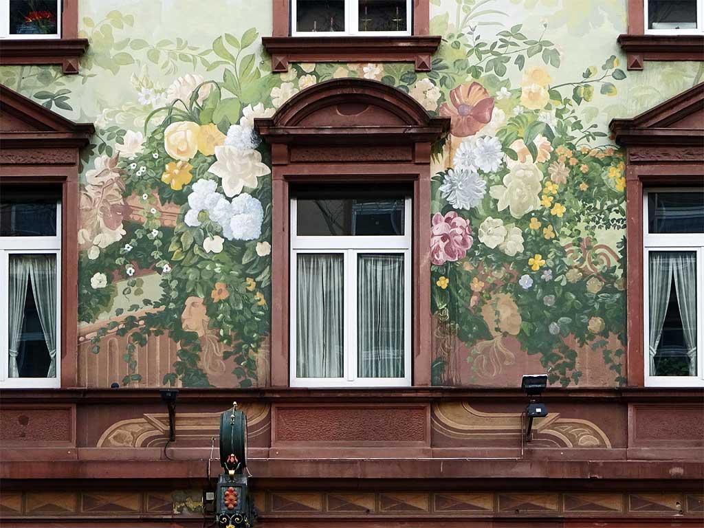 Fassaden mit Blumen an einem Haus in Sachsenhausen