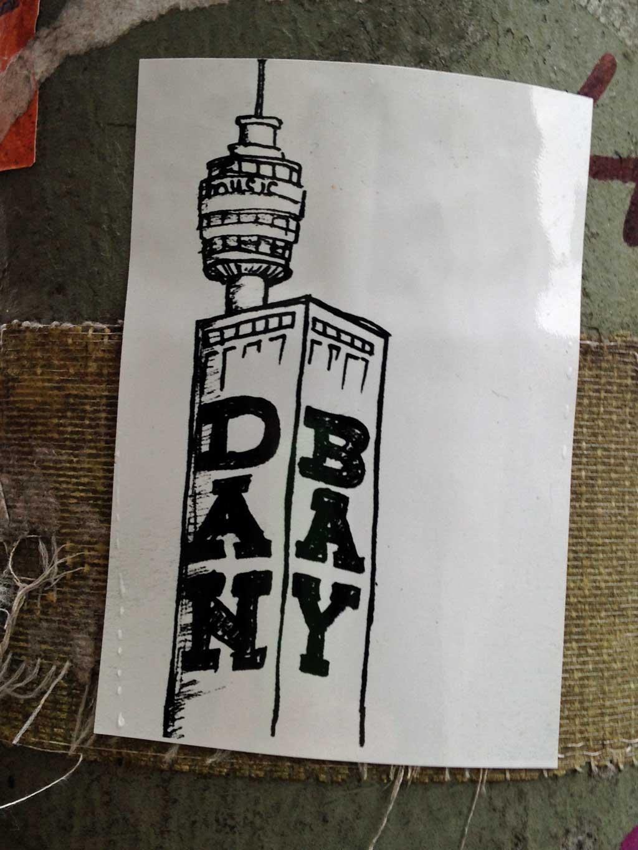 Aufkleber in Frankfurt - Dan Bay mit altem Henninger Turm