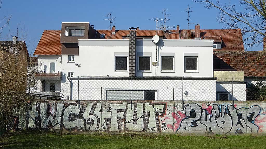 Graffiti in Hattersheim: HWC 64 FUT ZWÖLF