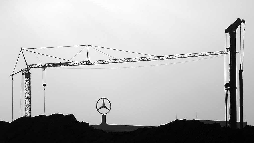 Offenbach schwarz-weiss-Fotografie: Mercedes im Kaiserleikreisel in Offenbach