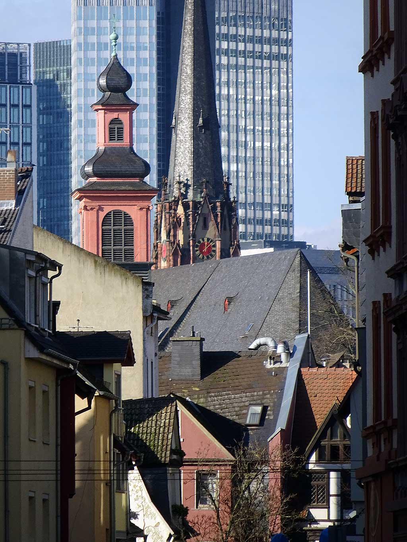 Kontraste in Frankfurt: Alte Kirchen, neue Hochhäuser
