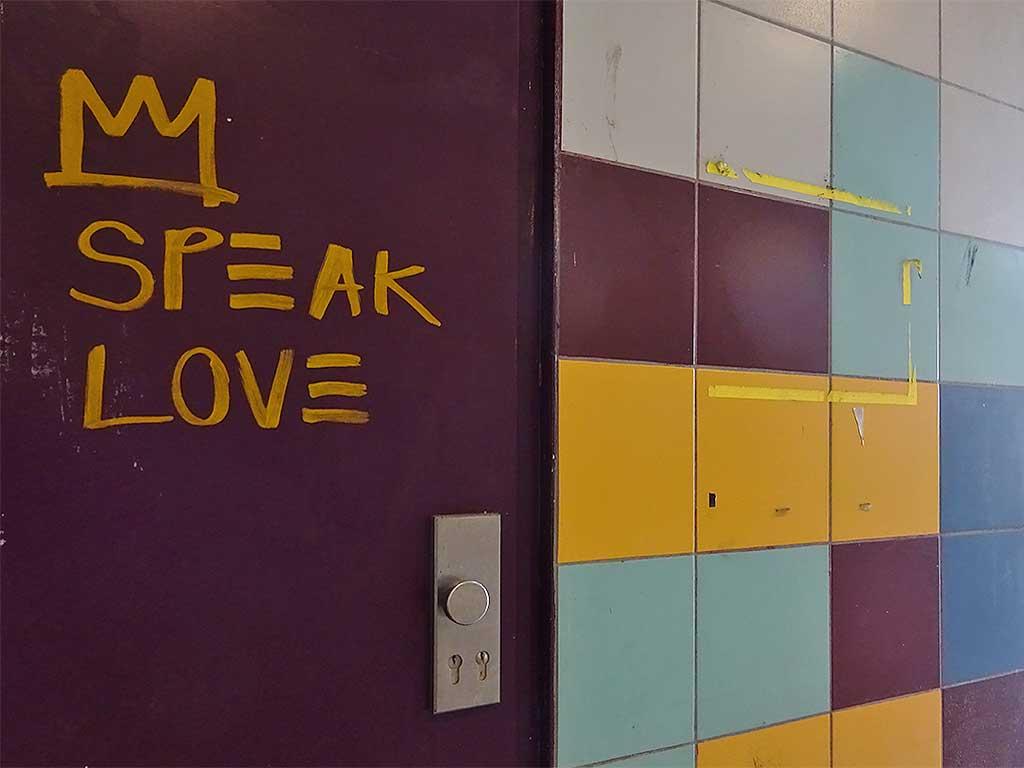 """Streetart in Frankfurt: Krone mit """"Speak Love""""-Slogan"""