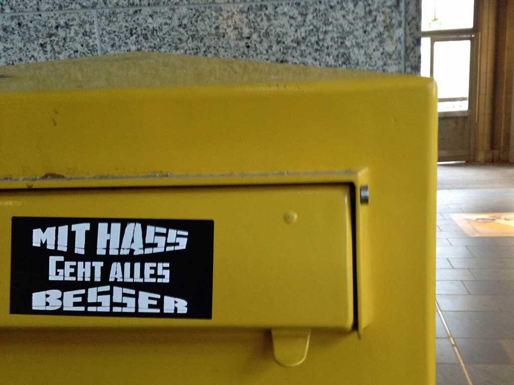 Aufkleber in Frankfurt - Mit Hass geht alles besser