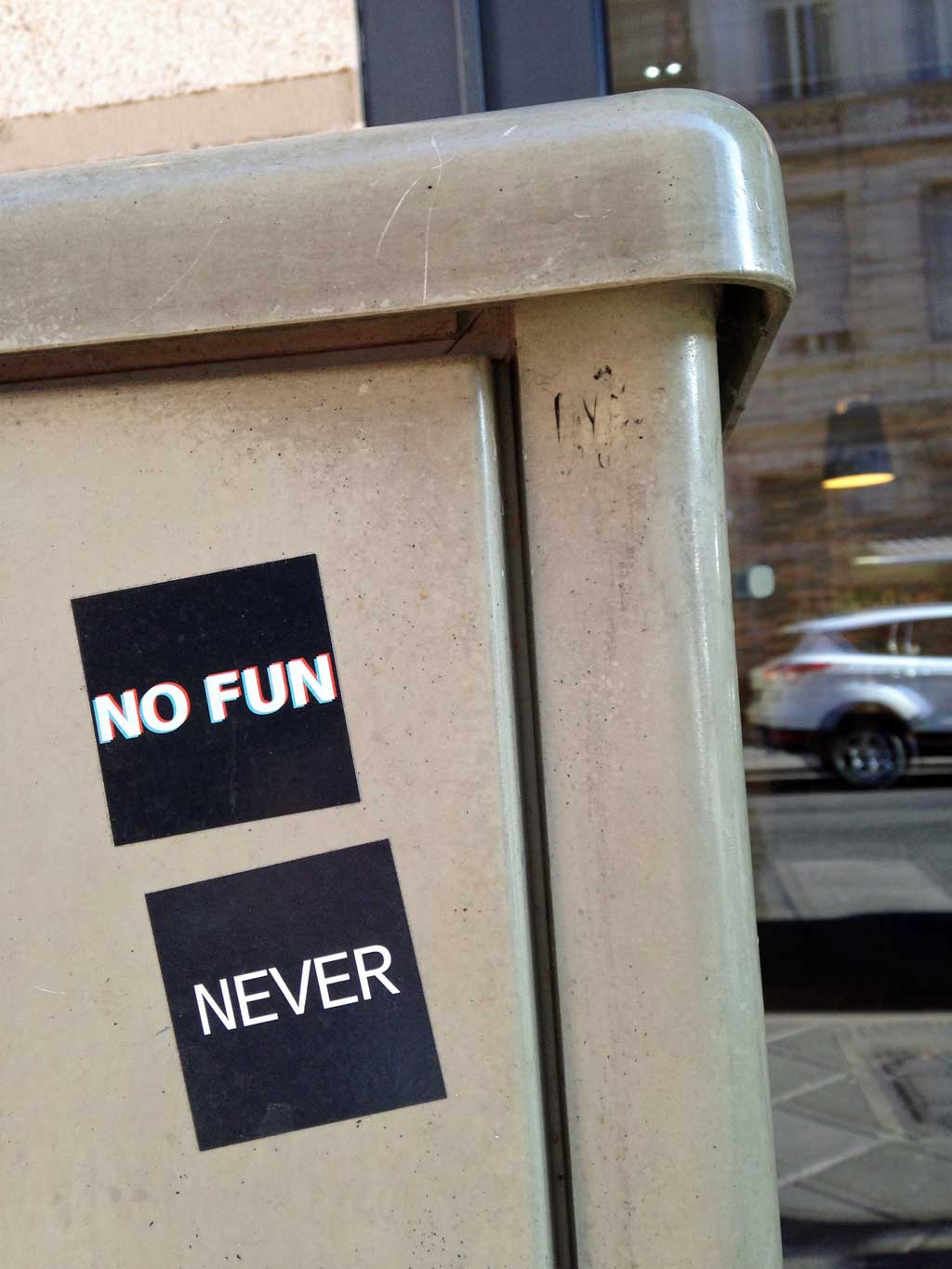 """Aufkleber in Frankfurt - No Fun"""" und """"Never"""