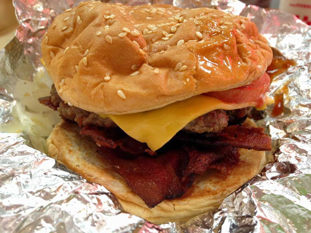 Little Bacon Cheeseburger bei Five Guys in Frankfurt am Main