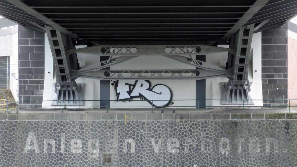 Anlegen verboten - Unterhalb der Honsellbrücke in Frankfurt am Main