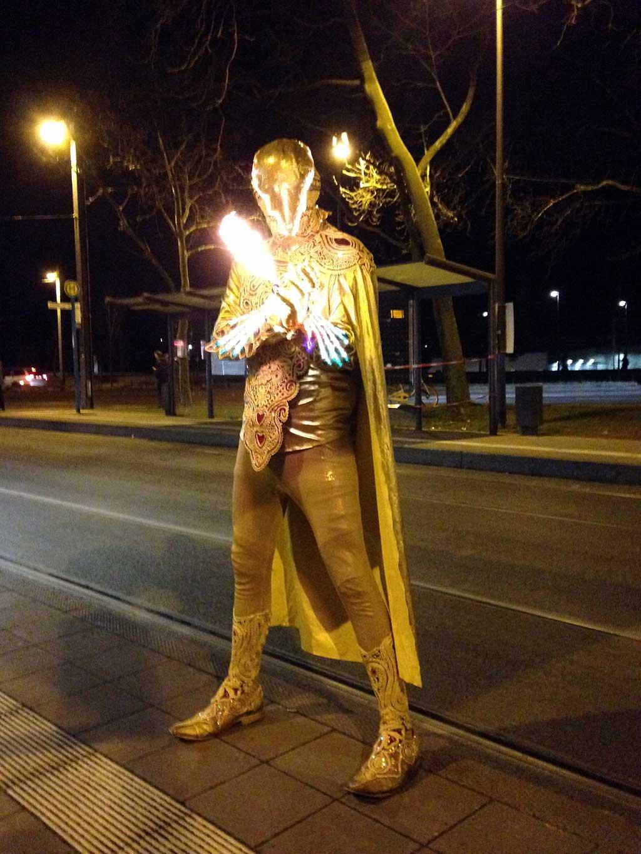 Luminale 2018 - Person in leuchtendem Kostüm