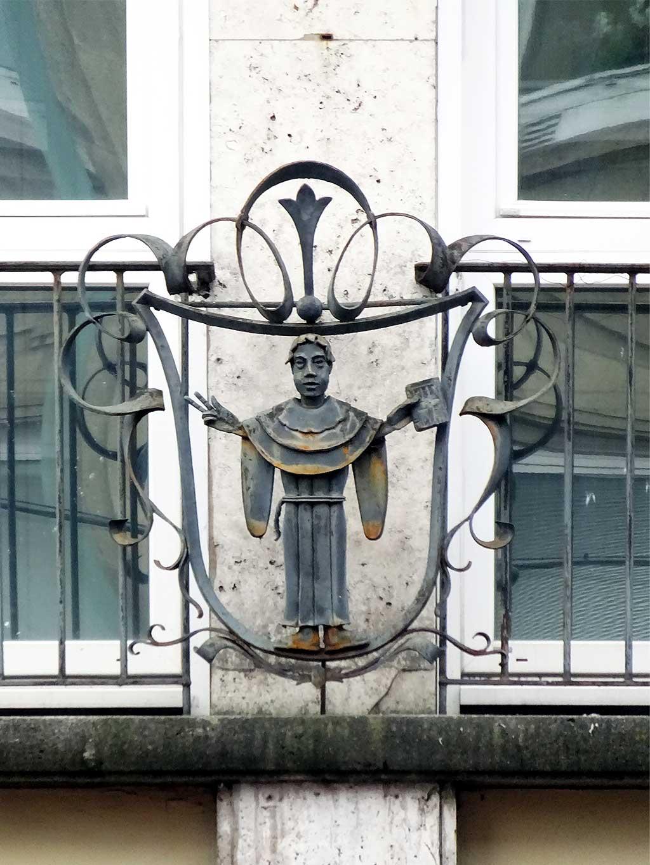 Rostige Mönchsfigur im Bahnhofsviertel.