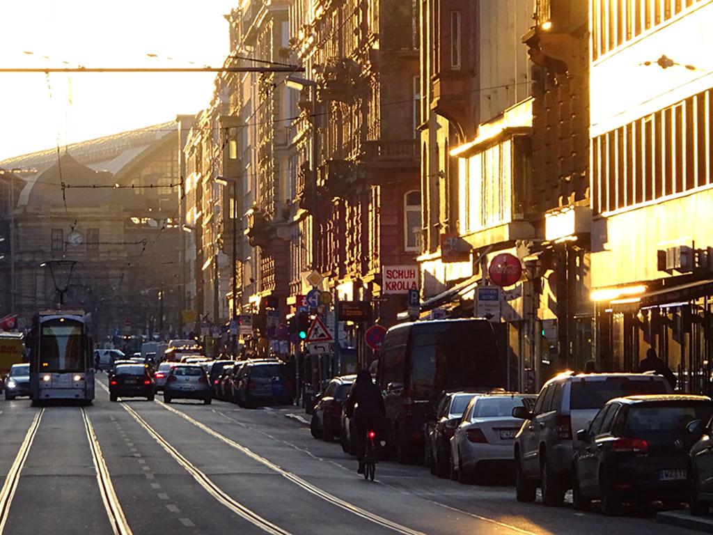 Nachmittagssonne im Bahnhofsviertel.