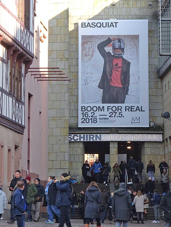 """Schirn-Plakat zur Ausstellung """"Basquiat. Boom for Real""""."""