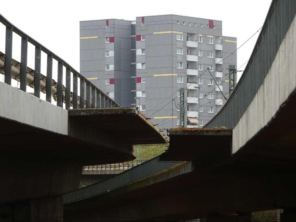 Blick auf Hochhaus von unter der Fahrbahn
