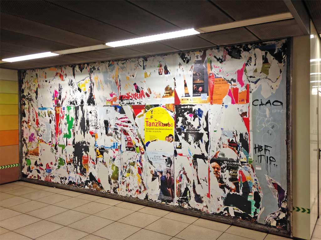 Wand mit abgerissenen Werbeplakaten an der Hauptwache in Frankfurt am Main